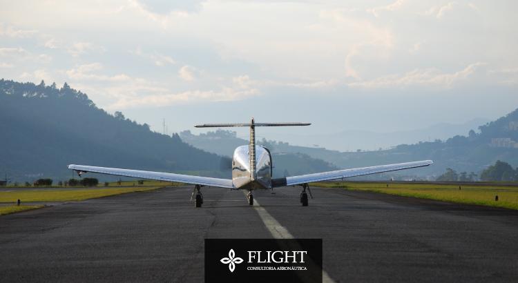 Há diferenças essenciais para que uma pista de pouso passe a ser considerada um aeródromo. A pavimentação, como na imagem, é uma delas.