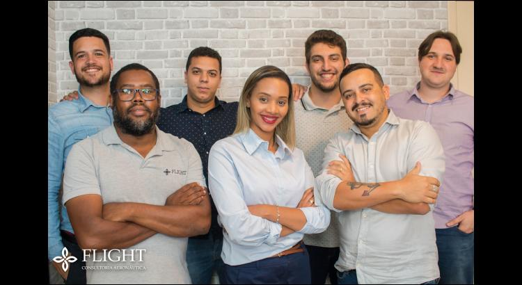Da esquerda para a direita: Emanoel, Clóvis, Diego, Alessandra, Augusto, Maurício e Leandro. Uma parte da equipe que diariamente se dedica para o sucesso dos seus projetos aqui na Flight Consultoria Aeronáutica.