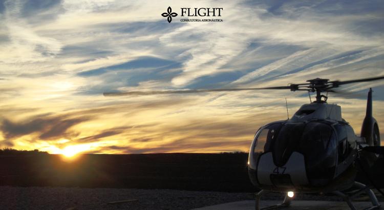 Heliponto em funcionamento, recebendo o pouso de um helicóptero.