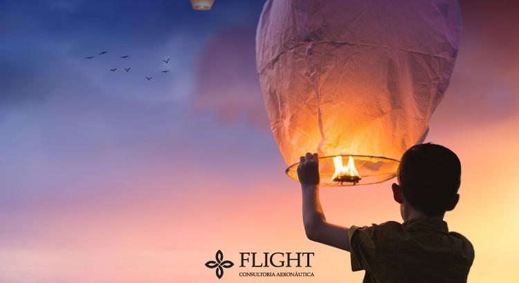 Garoto soltando balão de São João: um perigo para o tráfego aéreo brasileiro.