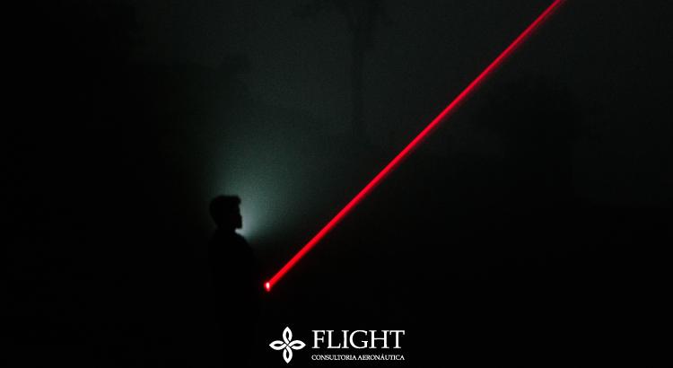 Caneta laser pode ofuscar a visão de pilotos e co-pilotos de aeronaves - colocando a vida de muitas pessoas em risco.